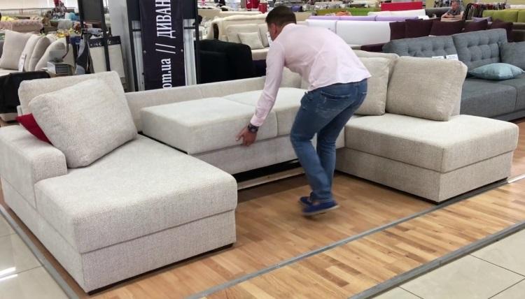 мужчина выбирает диван